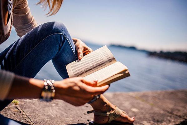 Lire au bord de mer