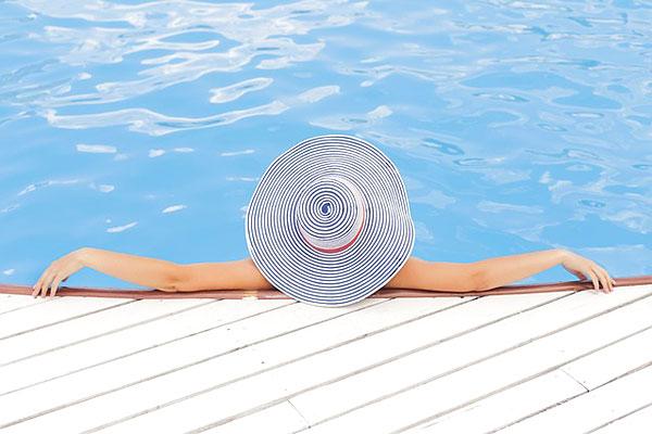 Bronzer au bord de la piscine