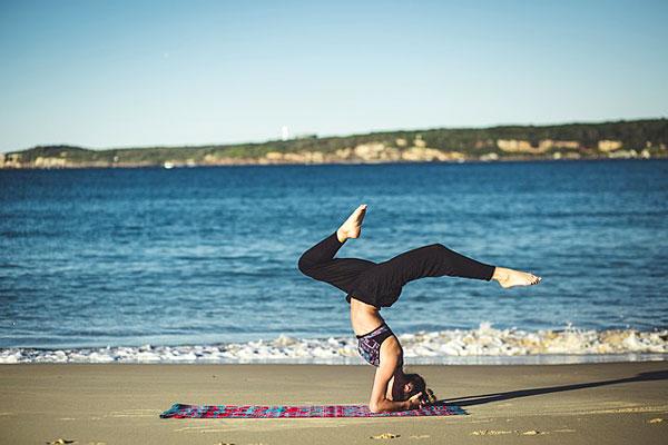 Yoga équilibre zen sur la plage