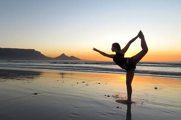 Yoga sur la plage coucher du soleil