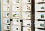 Vitrine d'agence immobilière dans le Marais à Paris
