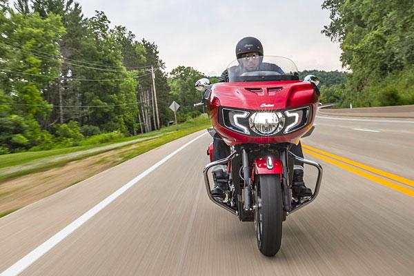 Moto Indian Challenger sur route
