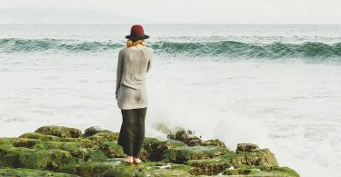 Femme en bord de mer